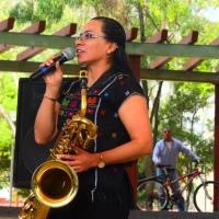 Mujer oaxaqueña, saxofonista de la Banda Sinfónica de Marina