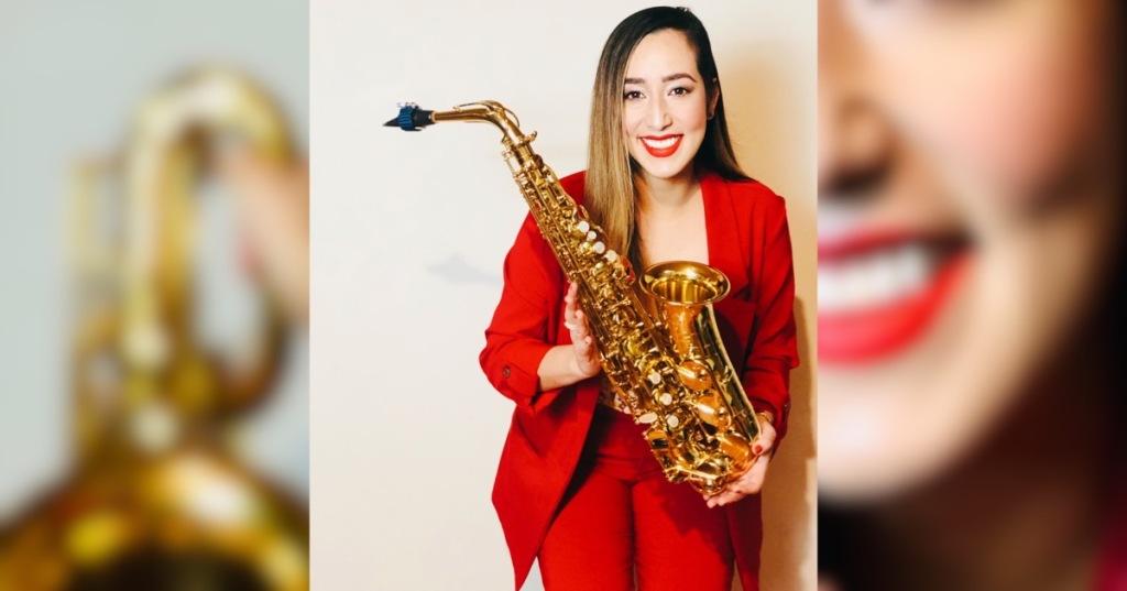 """Karen Barreto, saxofonista Colombiana, maestra en música graduada de la Universidad Javeriana con énfasis en interpretación; saxofón clásico. Ha sobresalido de forma destacada en su país por la creación de ensambles no convencionales como lo son el """"Ensamble Macondo"""" y el dueto femenino de saxofón merenguero """"Dómina al son"""" y sus iniciativas en la creación de proyectos musicales con formatos innovadores, el saxofón, la mujer y la música latinoamericana. También se ha desarrollado exponencialmente en los campos de la pedagogía musical con énfasis en la interpretación del saxofón."""